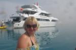 Дина Лукоянова на фоне яхты